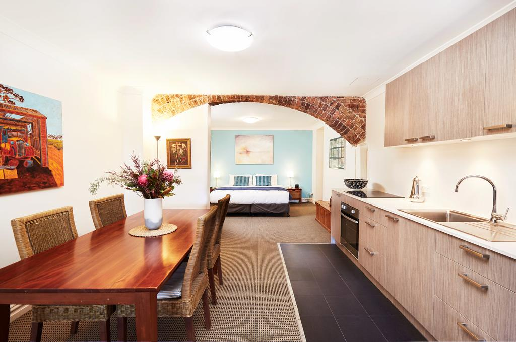 Spacious Studio With Courtyard And Extra Beds - Accommodation Australia